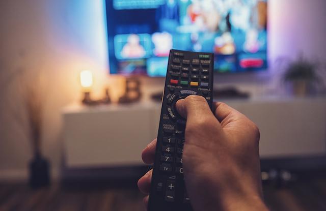 テレビを操作する手